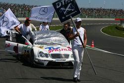 Mécaniciens poussant la voiture de Susie Stoddart, Mücke Motorsport AMG Mercedes, AMG Mercedes C-Klasse