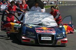 Mécaniciens poussant la voiture de Mattias Ekström, Audi Sport Team Abt Sportsline, Audi A4 DTM, sur
