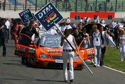 Mécaniciens poussant la voiture de Daniel la Rosa, Mücke Motorsport AMG Mercedes, AMG Mercedes C-Kl