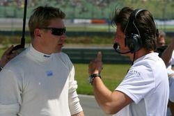 Mika Hakkinen, Team HWA AMG Mercedes, avec son ingénieur de course Axel Randolph