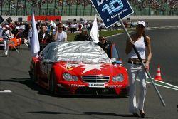 Mécaniciens poussant la voiture d'Alexandros Margaritis, Persson Motorsport AMG Mercedes, AMG Mercedes C-Klasse, sur la grille de départ