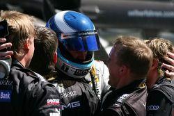 Mika Hakkinen, Team HWA AMG Mercedes, est félicité par ses mécaniciens