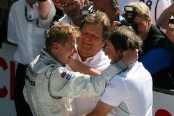 le vainqueur de la course Mika Häkkinen, Team HWA AMG Mercedes, est félicité par Gerhard Ungar, Chef designer AMG et Norbert Haug, directeur sportif Mercedes-Benz