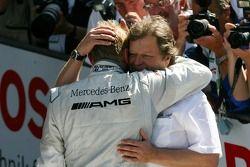 Norbert Haug, Directeur sportif Mercedes-Benz, félicite Mika Häkkinen, Team HWA AMG Mercedes