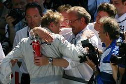 Mika Häkkinen, Team HWA AMG Mercedes, est félicité par son manager Didier Cotton