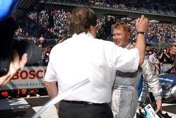 Mika Häkkinen, Team HWA AMG Mercedes, AMG Mercedes C-Klasse reçoit les félicitations de Norbert Haug