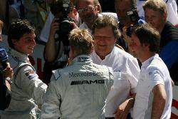 Bruno Spengler, Team HWA AMG Mercedes, Norbert Haug, directeur sportif Mercedes-Benz et Gerhard Ungar, Chef Designer AMG, félicite Mika Hakkinen, Team HWA AMG Mercedes, pour sa victoire