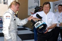 Norbert Haug, directeur sportif de Mercedes-Benz soulage Mika Hakkinen, l'équipe HWA Mercedes AMG, AMG Mercedes C-Klasse de son casque