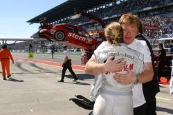 Susie Stoddart, Mücke Motorsport AMG Mercedes, AMG Mercedes C-Klasse est accueilli très chaleureusement par un membre de l'équipe, Dans le fond, la voiture endommagée de Alexandros Margaritis, Persson Motorsport AMG Mercedes, AMG Mercedes C-Klasse est déc
