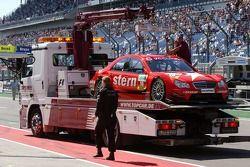 La voiture endommagée d'Alexandros Margaritis, Persson Motorsport AMG Mercedes, AMG Mercedes C-Klasse est déchargé du camion