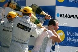 Podium: Gerhard Ungar, chef AMG Designer, se prend une douche de champagne
