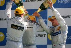 Paul di Resta, Persson Motorsport AMG Mercedes et Bruno Spengler, Team HWA AMG Mercedes, donne une d