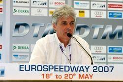 Michael Schwägerl, représentant DTM de la DMSB, explique aux médias la situation avec les deux voitures de sécurité et comment le résultat de la course a été décidé