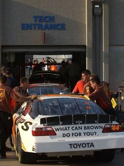 Voiture de Dale Jarrett devant le stand de l'inspection technique NASCAR