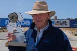 Dan Gurney reçoit une plaque commémorative pour son incorporation dans les Legends nouvellement créées de Laguna Seca