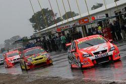 Les équipes viennent changer pour des pneus pluie