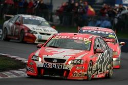 Une voiture de l'équipe Holden Racing très sale après une aventure hors piste