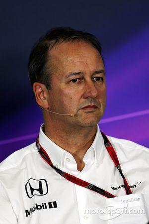 Jonathan Neale, director de operaciones de McLaren en la conferencia de prensa de la FIA