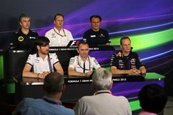La Conferencia de Prensa FIA: Nick Chester, Lotus F1 Team Director Técnico; Jonathan Neale, director