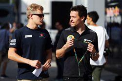 (Von links nach rechts): Marcus Ericsson, Sauber F1 Team, mit Jolyon Palmer, Test- und Entwicklungsf