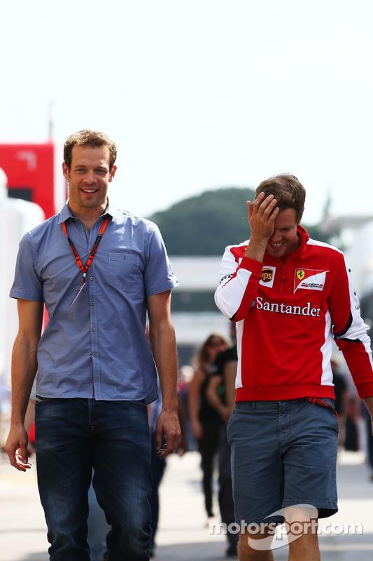 (Von links nach rechts): Alexander Wurz, Williams-Fahrercoach, mit Sebastian Vettel, Ferrari