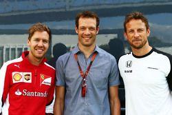 (Von links nach rechts): Sebastian Vettel, Ferrari, mit Alexander Wurz, Fahrercoach bei Williams, un