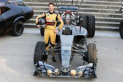 Romain Grosjean, Lotus F1 Team, con un traje especial de carrera e imagen del auto para promover la película, Mad Max: Fury Road