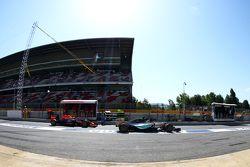 Lewis Hamilton, Mercedes AMG F1 W06 y Daniil Kvyat, Red Bull Racing RB11