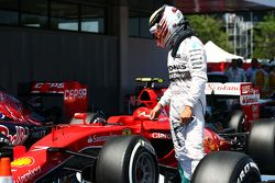 Lewis Hamilton, de Mercedes AMG F1 mira el Ferrari SF15-T de Kimi Raikkonen, de Ferrari en parc ferme
