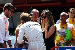 Nico Rosberg, de Mercedes AMG F1 celebra su pole position con su esposa Vivian Rosberg, en parc ferm