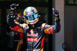 Sebastian Vettel, Ferrari celebra con Lewis Hamilton, de Mercedes AMG F1 en la clasificación en parc