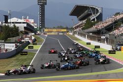 Start: Alfonso Celis jr., ART Grand Prix, vor Matheo Tuscher, Jenzer Motorsport, und Marvin Kirchhöfer, ART Grand Prix