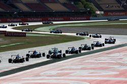 Autos GP3 al inicio