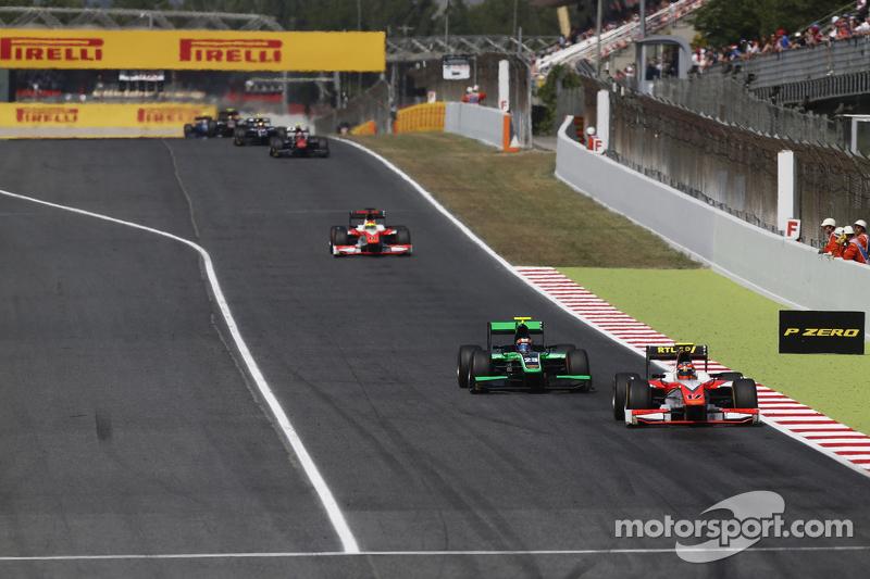 Daniel De Jong, MP Motorsport, vor Richie Stanaway, Status Grand Prix