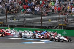 Arrancada accidente que involucra Helio Castroneves, del equipo Penske Chevrolet y Scott Dixon, Chip