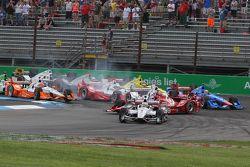Start, kaza, Helio Castroneves, Penske Chevrolet Takımı ve Scott Dixon, Chip Ganassi Racing Chevrole