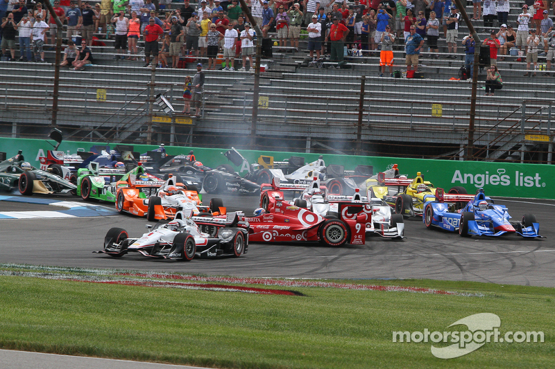 Startcrash um Helio Castroneves, Team Penske, Chevrolet; Scott Dixon, Chip Ganassi Racing, Chevrolet, und weitere Piloten