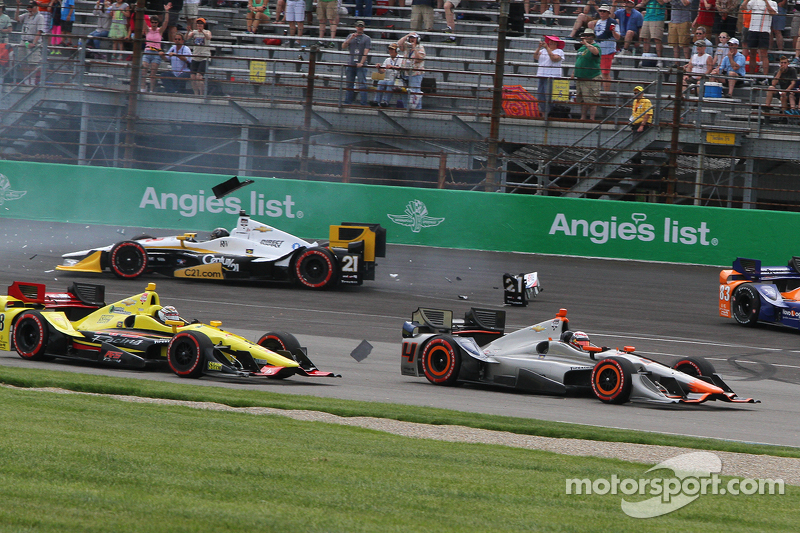 Arrancada accidente que involucra Helio Castroneves, del equipo Penske Chevrolet y Scott Dixon, Chip