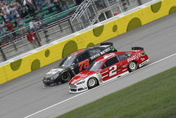 Martin Truex Jr., Furniture Row Racing Chevrolet et Brad Keselowski, Team Penske Ford