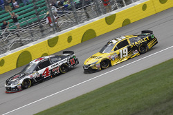 Kevin Harvick, Stewart-Haas Racing Chevrolet et Carl Edwards, Joe Gibbs Racing Toyota