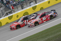 Kurt Busch, Stewart-Haas Racing Chevrolet et Greg Biffle, Roush Fenway Racing Ford