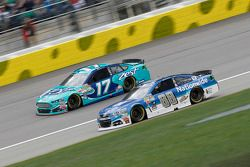 Ricky Stenhouse Jr., Roush Fenway Racing Ford e Dale Earnhardt Jr., Hendrick Motorsports Chevrolet
