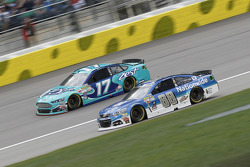 Ricky Stenhouse Jr., Roush Fenway Racing Ford et Dale Earnhardt Jr., Hendrick Motorsports Chevrolet