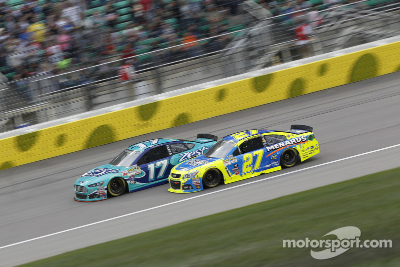 Ricky Stenhouse jr., Roush Fenway Racing, Ford, und Paul Menard, Richard Childress Racing, Chevrolet