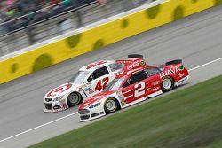 Kyle Larson, Ganassi Racing Chevrolet e Brad Keselowski, Team Penske Ford