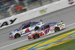 Trevor Bayne, Roush Fenway Racing Ford et A.J. Allmendinger, JTG Daugherty Racing Chevrolet