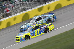Casey Mears, Germain Racing,雪佛兰,和Paul Menard, Richard Childress Racing,雪佛兰