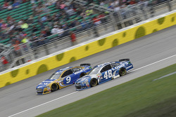 Sam Hornish Jr., Richard Petty Motorsports Ford et Jimmie Johnson, Hendrick Motorsports Chevrolet