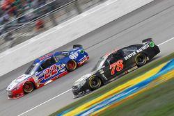 Joey Logano, Team Penske Ford e Martin Truex Jr., Furniture Row Racing Chevrolet