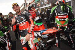 Polesitter Davide Giugliano, Ducati Team, viert feest in parc ferme
